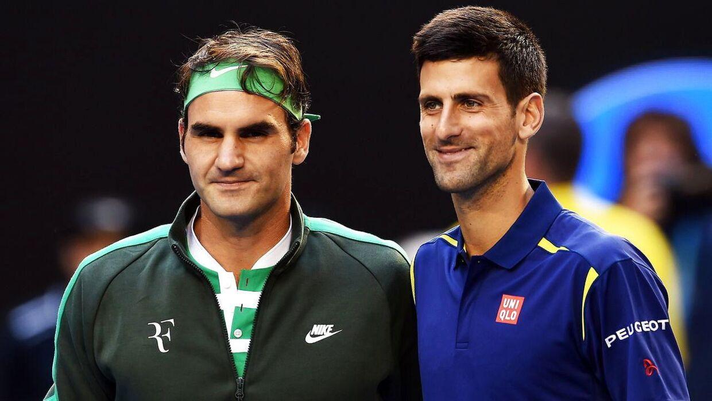 Roger Federer (tv.) og Novak Djokovic (th.) poserer inden semifinalen, der spilles netop nu. Djokovics sejrede i første sæt på 6-1 efter blot 22 minutters spil.