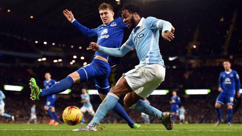 Her ses situationen, hvor Manchester Citys Raheem Sterling (th.) laver indlægget til Kevin de Bruyne, efter bolden er røget ud over baglinien. Manchester City vandt Capital One Cup-semifinalen mod Everton med 3-1 og er nu i finalen mod Liverpool.
