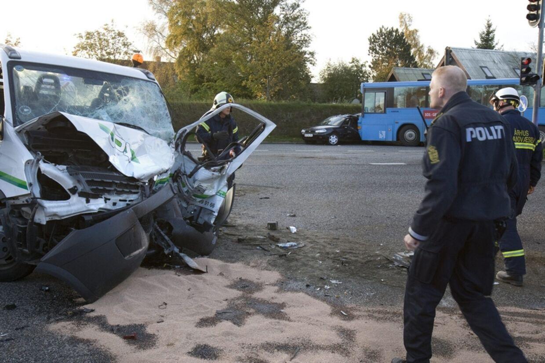 Lidt over 8 tirsdag morgen forulykkede en mindre lastbil, en personbil og en ledbus på Hasle Ringvej. Mange er kørt på skadestuen.