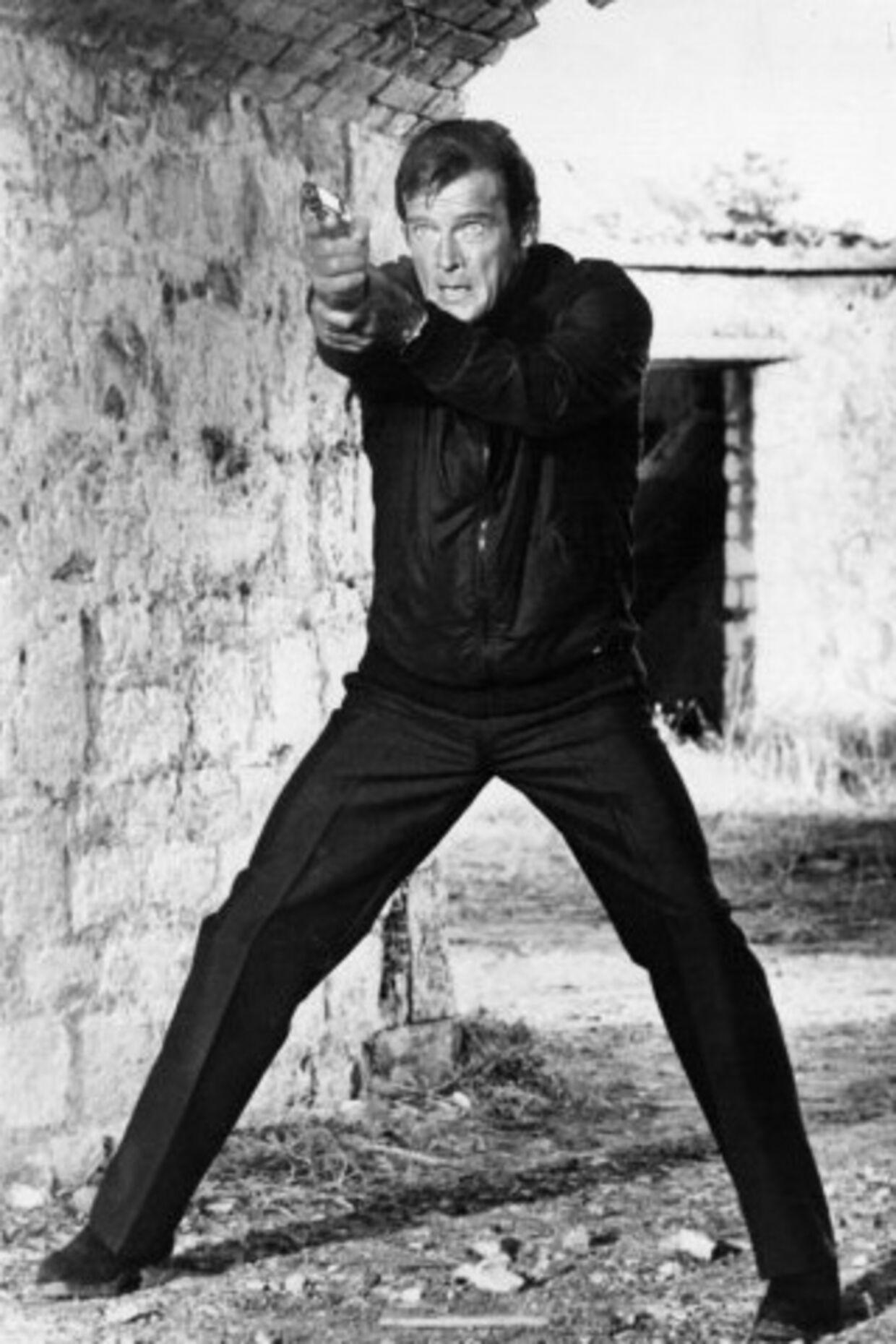 Ingen er fuldkommen. Da Agent 007 alias Roger Moore fandt ud af, at hans nyeste Bond-pige Caroline slet ikke var en pige, smilte han blot stille og sagde: 'oh, my'. Foto: Scanpix