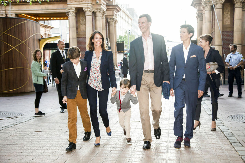 Prins Joachim med far, stedmor Marie og lillebror Felix i Tivoli. Om to måneder kapper den 14-årige prins navlestrengen til sine forældre og flytter på Herlufsholm Kostskole