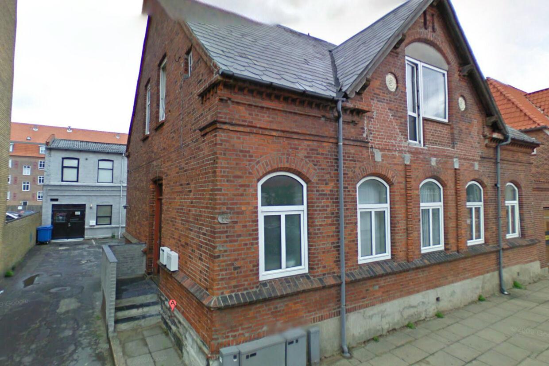Rockerklubben Bandidos har klubhus i det gåpudsede baghus (ses til venstre på billedet) til ejendommen Finlandsgade 65 i Esbjerg, som nu er sat til salg.