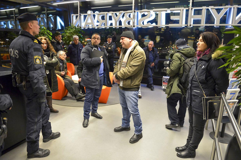 Demonstranter er trængt ind på TT Nyhetsbyråns lokaler på Södermalm i Stockholm. Politiet er på stedet og forhandler med de cirka 25 aktivister. Foto: Henrik Montgomery/TT / NTB scanpix