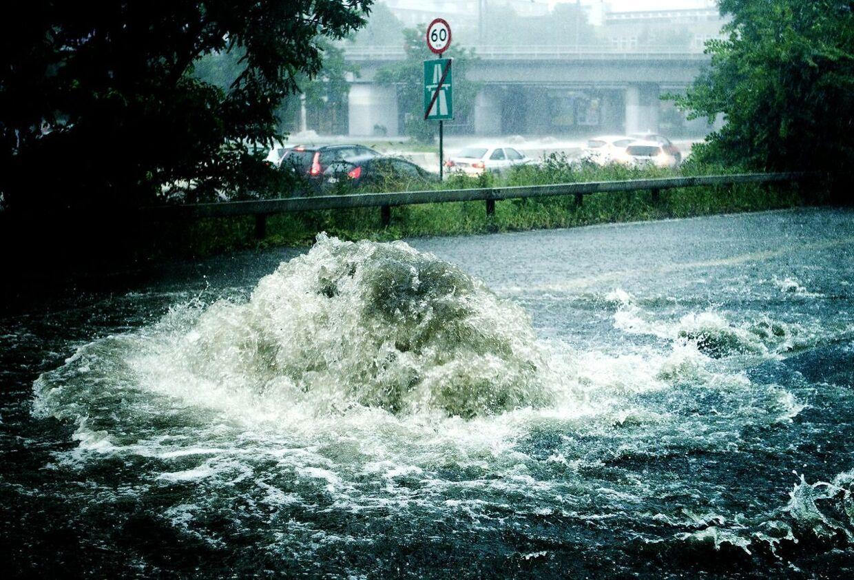 Et voldsomt skybrud over det østlige Sjælland, druknede lørdag aften store dele af København. 150 mm regn på bare to timer fik kloakerne til at løbe over og mange veje blev oversvømmet. Her ved Lyngbyvejen.