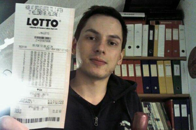 Billedet af en ung mand med en lottogevinst blev delt over 59.000 gange på Facebook. Men historien var ikke sand, viser det sig.