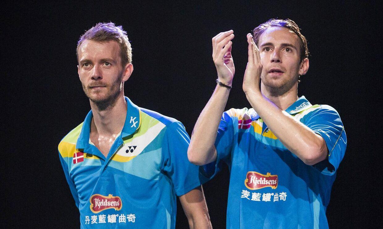 Mathias Boe (th.) fortæller, at makkeren Carsten Mogensen viser fremskridt efter sin hjerneoperation.