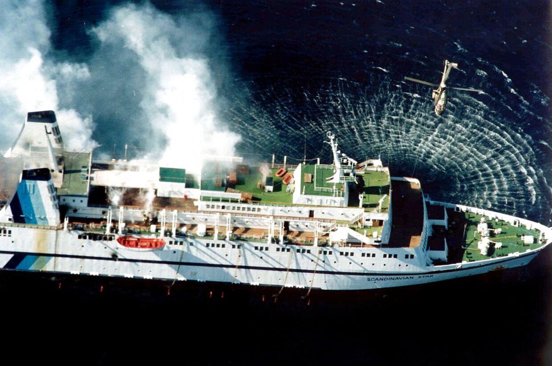 Her ses Scandinavian Star, mens skibet brænder ud for Lysekil 7. april 1990. 159 mennesker mistede livet i tragedien.