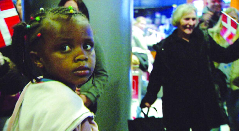 Scene fra den barske dokumentar 'Adoptionens pris', som satte sindene i kog hos virkelig mange danskere. Her ankommer den lille Masho til Danmark.