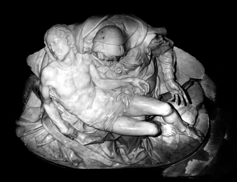 Her ses Michelangelos berømte 'Pieta' som skulptur.