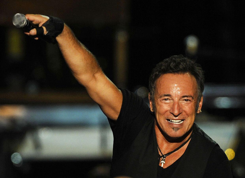 """POUR ILLUSTRER LE PAPIER DE RICHARD INGHAM : """"Springsteen pique une colère contre un +rêve américain+ devenu cauchemar"""". (ARCHIVES) - Photo prise le 26 juillet 2009 du chanteur américain Bruce Springsteen lors d'un concert dans la ville de Bilbao. Dans son nouvel album, """"Wrecking Ball"""", qui sort le 5 mars 2012 en Europe et le 6 aux Etats-Unis, la rock star américaine Bruce Springsteen pique une grosse colère contre les banquiers, apprentis-sorciers de la finance et dérégulateurs de tout poil. AFP PHOTO/ RAFA RIVAS"""