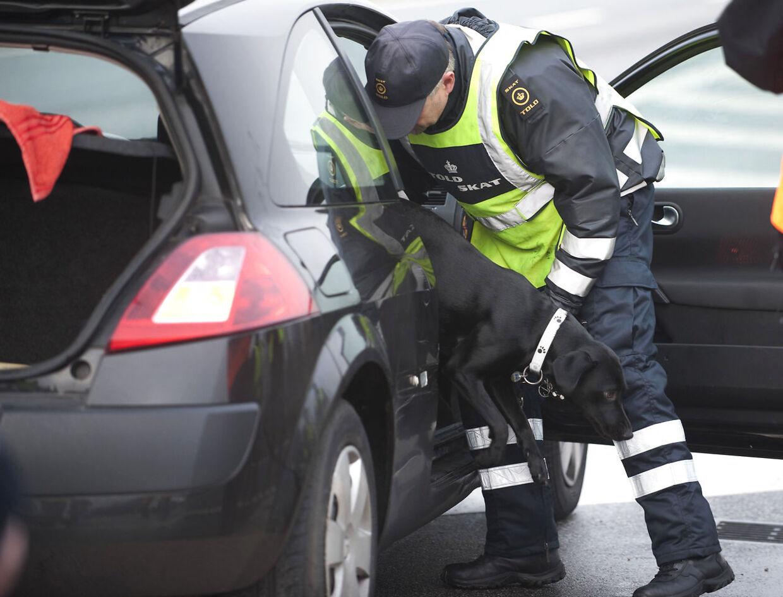 Politiet har bombehunde på stedet i Køge (arkivfoto).