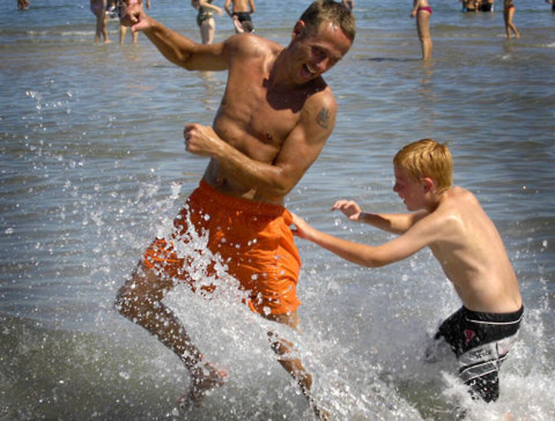 Det er sundt at hoppe i bølgerne. Et havbad er godt mod stress, siger overlæge. Humøret stiger og huden bliver mere glat.