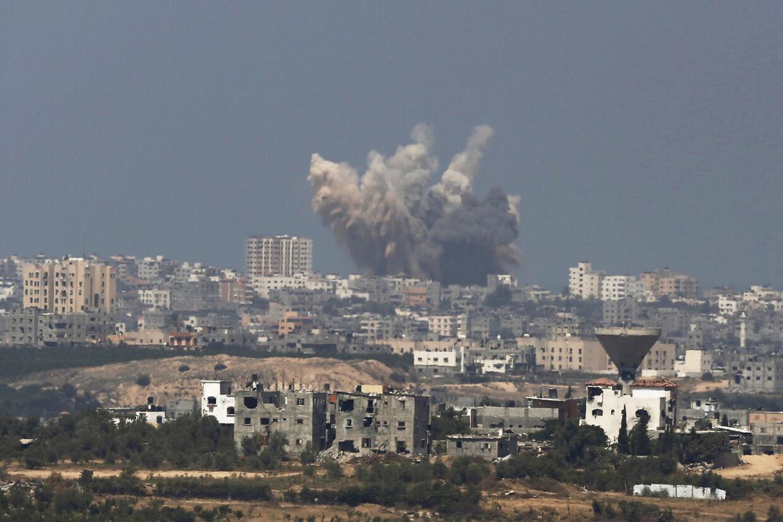 Røg stiger til vejrs i Gaza efter nyt israelsk angreb.