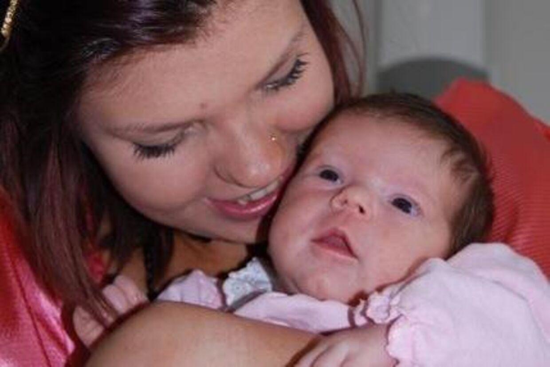 Hannah Ginic - kendt fra 'De Unge Mødre' - med sin datter Cecilya, som nu er blevet tvangsfjernet.