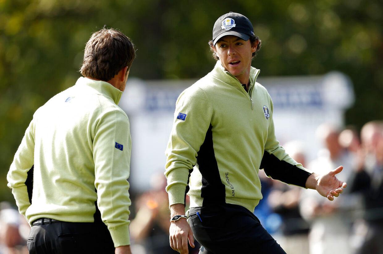 Rory McIlroy (th) og Graeme McDowell vandt for Europa i Ryder Cup-kampen mod USA, som indtil videre står 2-2.