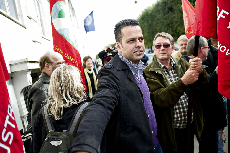 Amin Skov fra Vejlegården kæmper sig gennem 3F's medlemmer og faner foran Arbejdsretten i København.