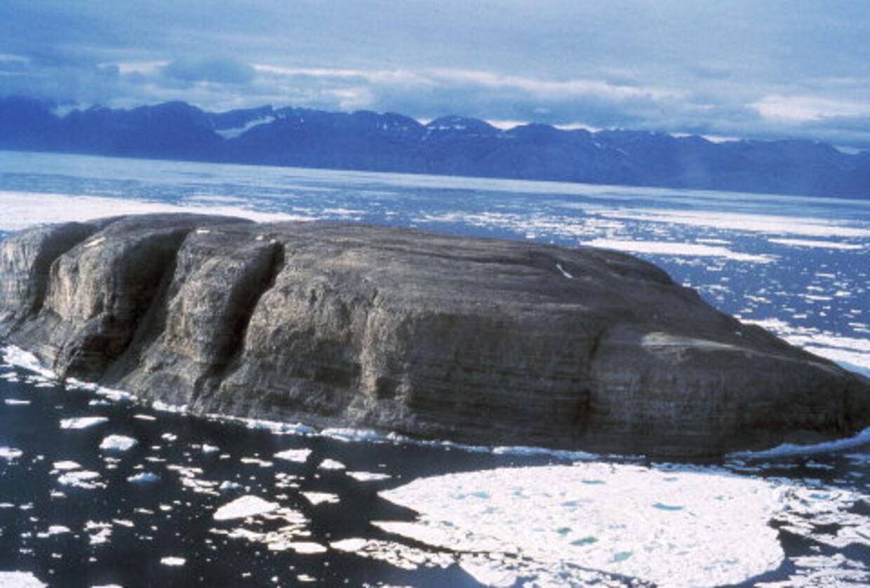 Flagkrigen er forbi: Danmark og Canada er omsider blevet enige om løse striden om Hans Ø nordvest for Grønland som civiliserede lande. Foto: Peter Robert Dawes.
