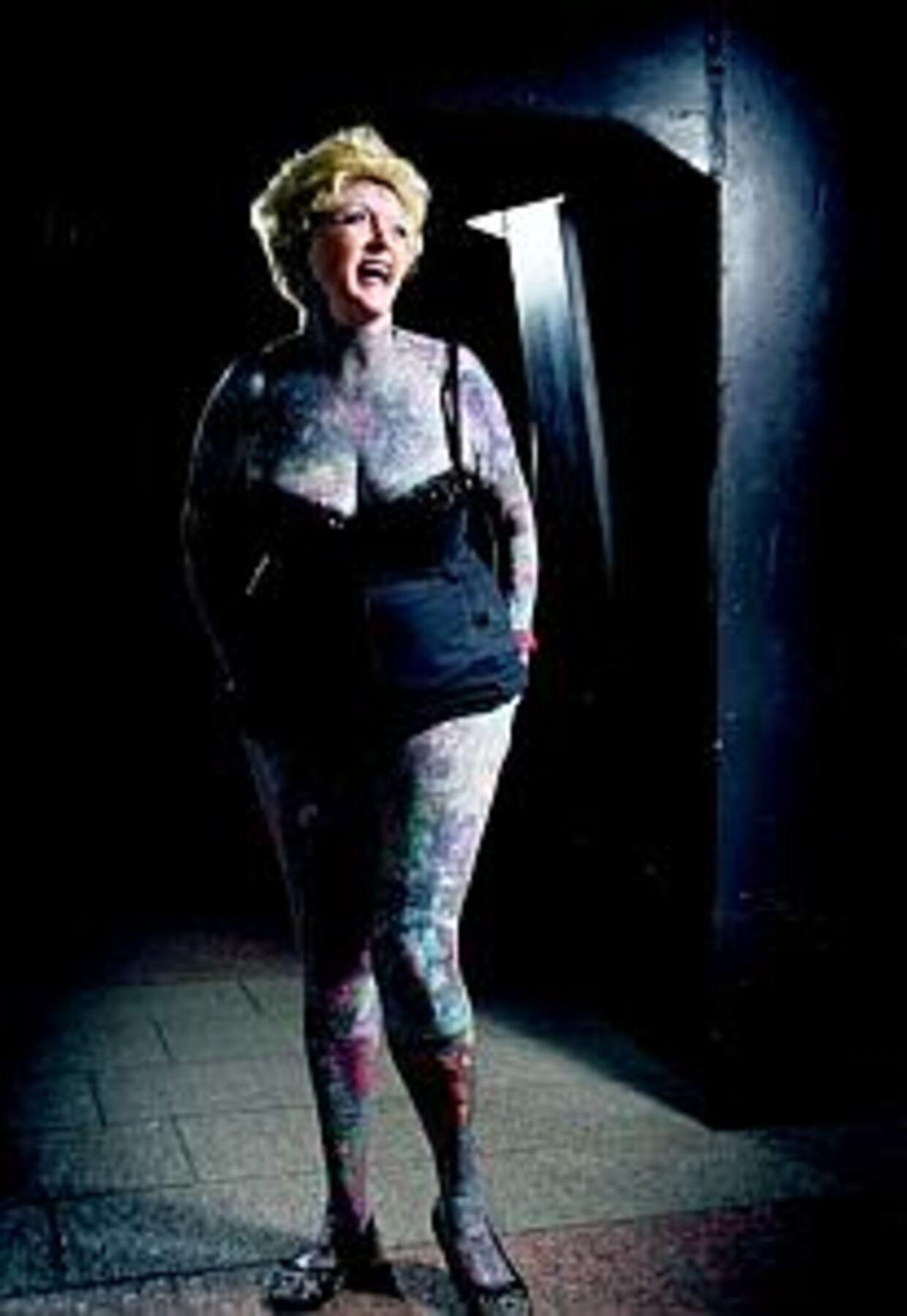 Isobel Varley fik sin første tatovering for 20 år siden, og nu ser hun sådan ud. På maven har hun to tigre, men dem går vi glip af, da hun synes, at hun er lidt for rund.