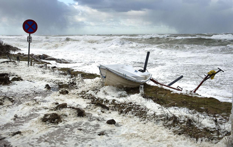 Sådan så stranden i Rågeleje ud under stormen Bodil i december sidste år. Helt så slemt regner meteorologerne dog ikke med, at 'Carl' bliver.