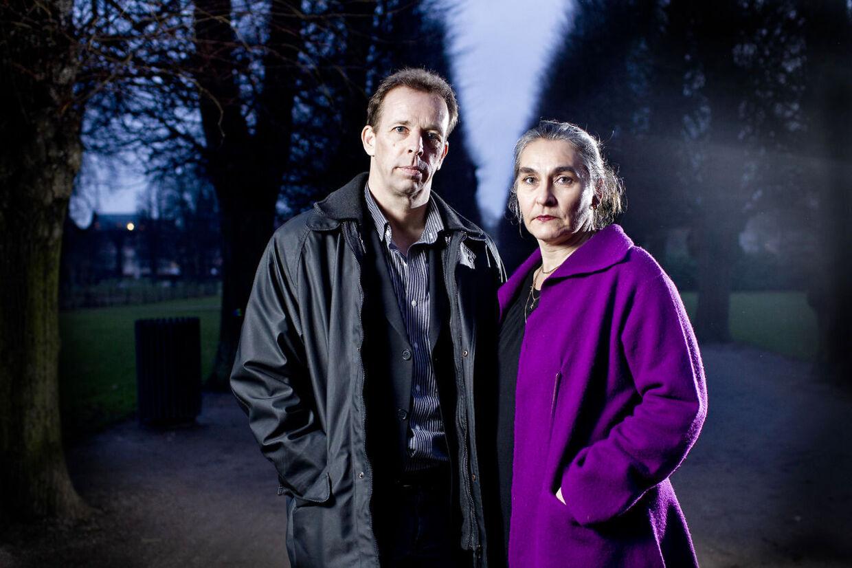 Her er det børnenes danske forældre Gert og Henriette Vedsegaard.