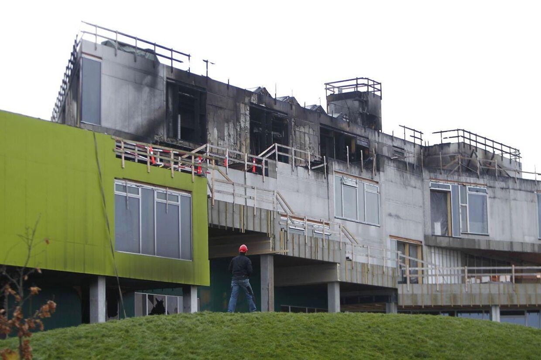 Den nyopførte skole blev tydeligt beskadiget under branden.