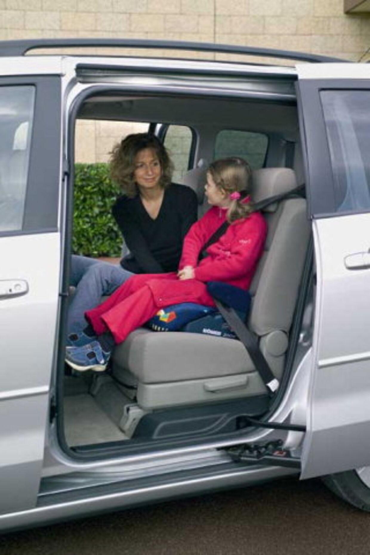 Euro NCAP tester også børns sikkerhed i bilen. Her er det den nye Mazda 5 med mor og barn, før bilen ruller mod muren. Dog med dukker.