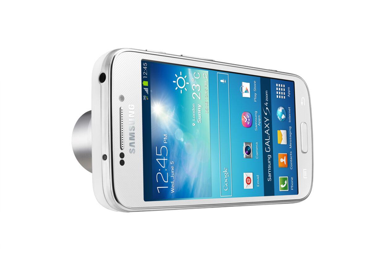 Set forfra ligner det til forveksling en Samsung Galaxy S4, men på telefonens bagside finder man samme type objektiv som i kompaktkameraer.