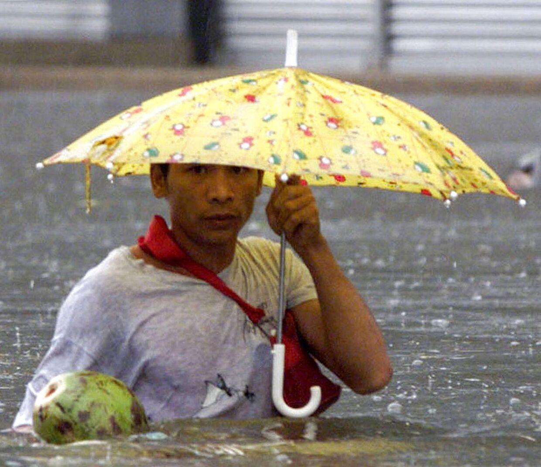 Mand går rundt i store oversvømmelser kort efter en tyfon rammer Manila, hovedstaden på filippinerne. Nu er en ny på vej. REUTERS
