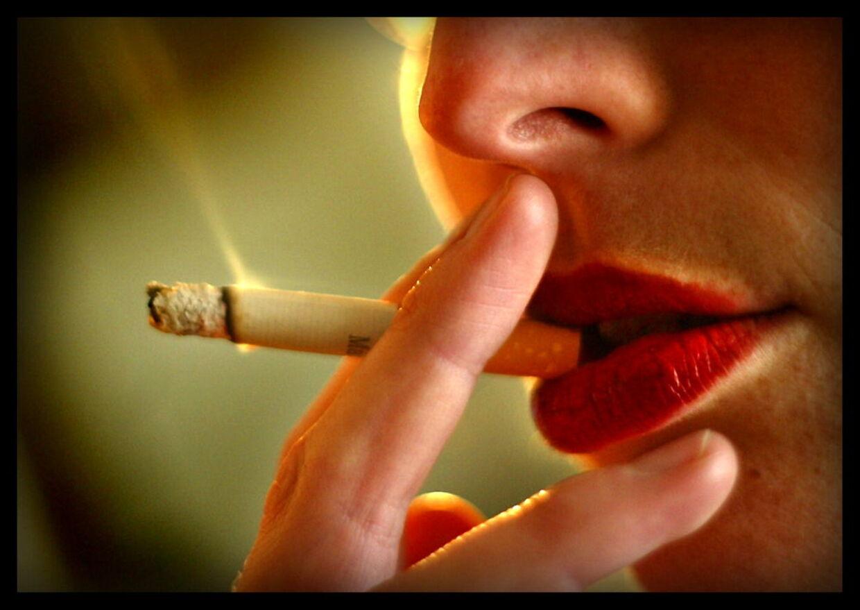Andelen af danskere, der ryger hver dag, er faldet fra 23 til 21 pct. siden december. Det viser en ny undersøgelse fra Sundhedsstyrelsen.