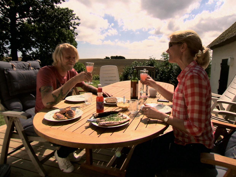 Felix Smith spiser fiskefrikadeller med Helle Thorning-Schmidt i nyt portrætprogram.