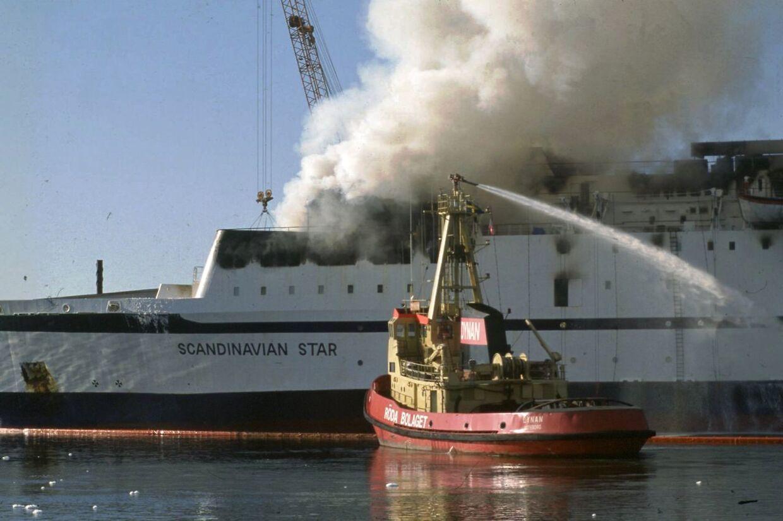 Her ses det brændende Scandinavian Star i 1990