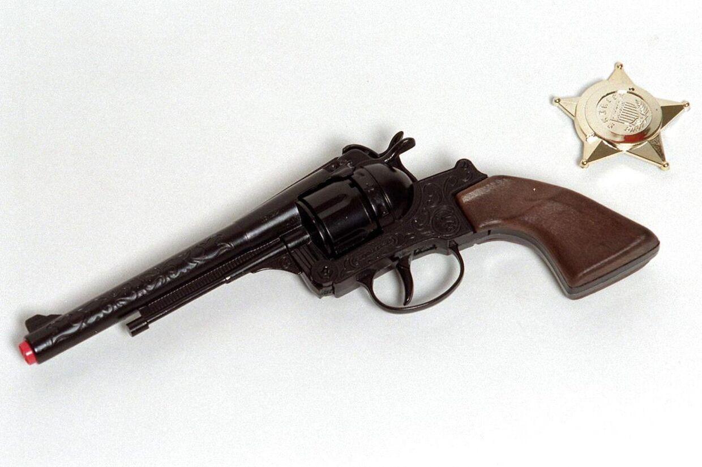 Butiksindehaveren i Esbjerg kunne se, at han blev truet med en pistol, der ikke var ægte. Derfor jog han selv røverne væk.