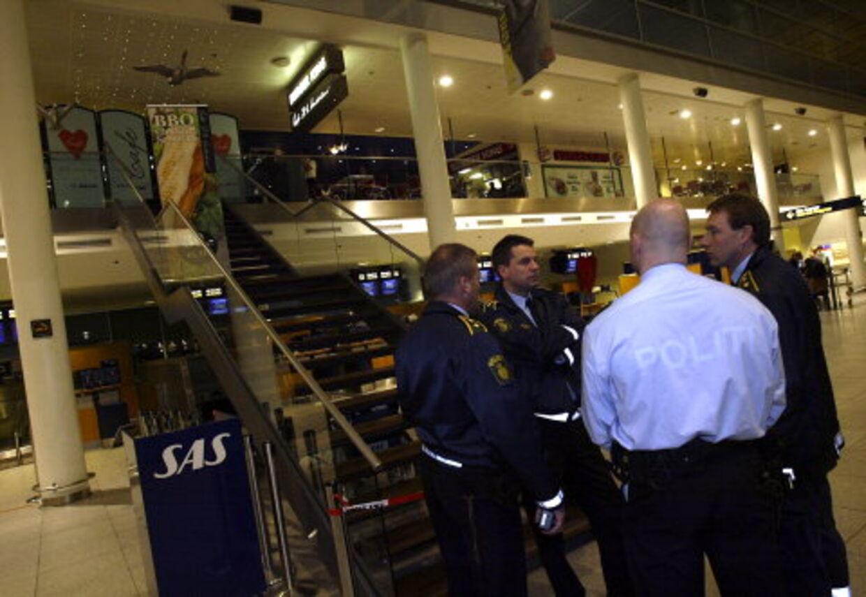 Politifolk ved trappen op til café H.C.Andersen i Terminal 3. Foto: Mogens Flindt