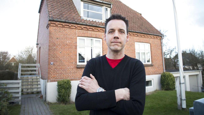 Jesper Kjær Ries har haft besøg af en indbrudstyv, filmet ham og lagt billederne ud på Facebook.