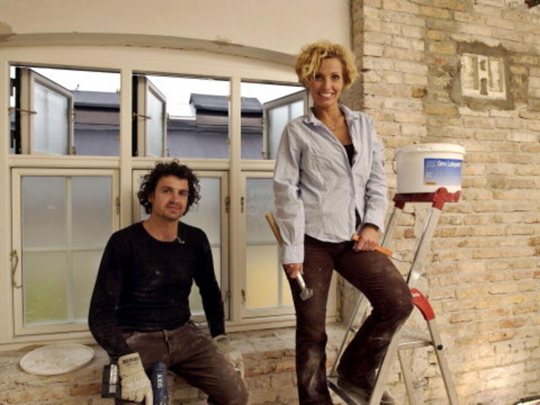 RÅT ER GODT: Magnus og Charlotte gider ikke tapet - væggene skal frem i lyset. Foto: Jesper Roland/TV 2
