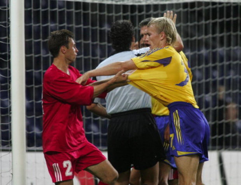 Thomas Kahlenberg i infight med Viktors Lukasevics - begge spillere fik rødt kort. Foto Keld Navntoft