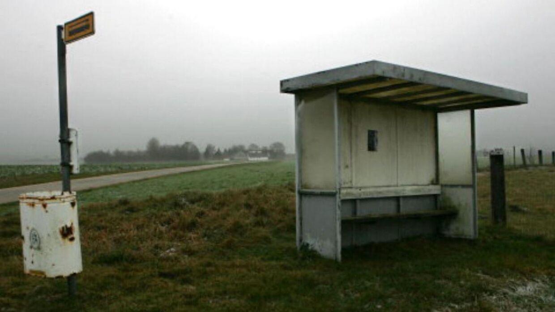 Arkivfoto af busstoppested.
