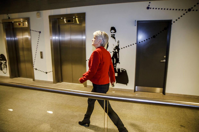Annette Vilhelmsen kommer ud fra SF-mødet i DGI Byen om partiets holdning til salget af DONG til Goldman Sachs. .Onsdag 29.januar 2014