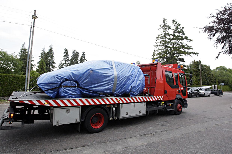 Bilen hvori den et-årige pige blev fundet død i en autostol bliver kørt væk fra Lottenborgvej 24. Den vil nu blive undersøgt af politiets teknikere.