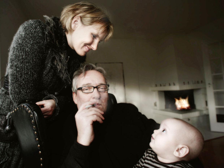JO, DEN ER GOD NOK ...Komtesse Camillas mand må godt ryge med baby Theodor. Der kommer kunuskadelig damp ud af smøgen. Men Lægemiddelstyrelsen vil ikke godkende E-cigaretten som nydelsesmiddel.