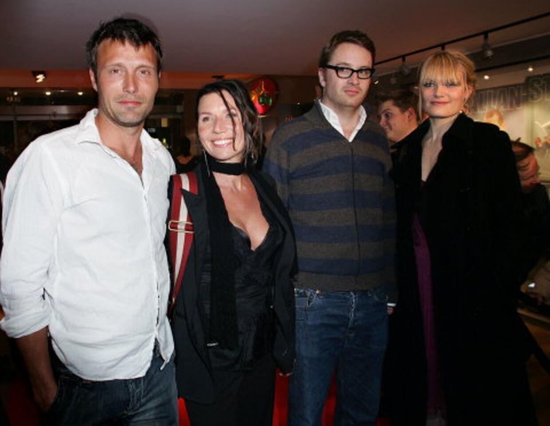 Mads Mikkelsen og Nicolas Winding Refn med deres koner til premiere på 'Pusher 2' i 2004.