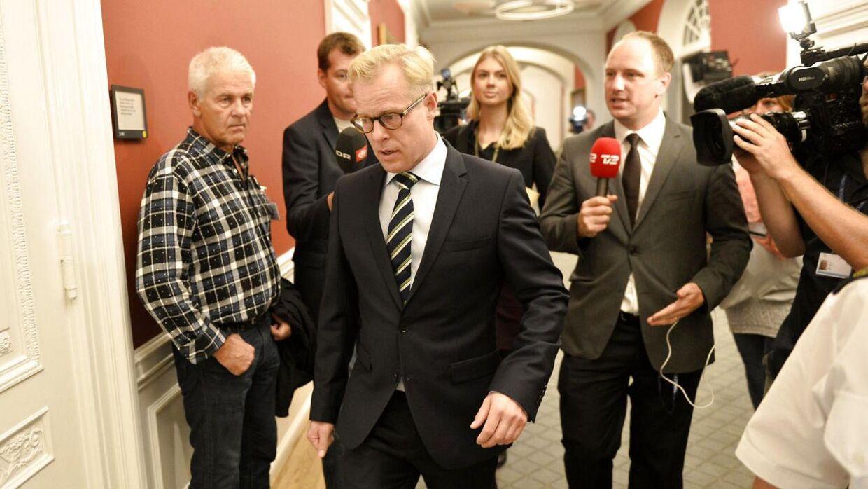 Forsvarsminister Carl Holst på vej til samråd - Torsdag den 17. september