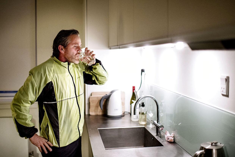 Anders Samuelsen, leder af Liberal Alliance. Fredag morgen kl. 8.05, Anders Samuelsen er tilbage i den lille lejlighed i indre København, hvor han bor når han er i hovedstaden, efter en løbetur på 5 kilometer i indre København.