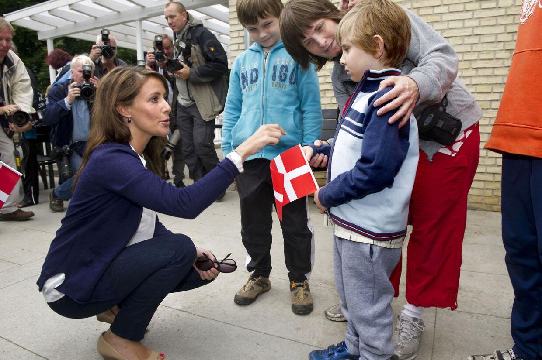Hendes kongelige højhed Prinsesse Marie besøgte onsdag d. 8. august Landsforeningen Autismes ferie for enlige forsørgere til børn med autisme i Helsingør Ferieby. Her hilser Marie på Leo, der har en storebror med autisme og ADHD