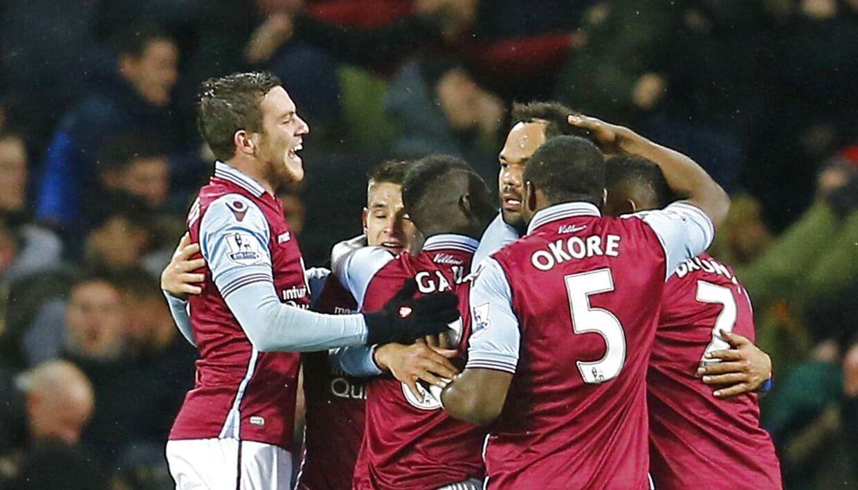 Jores Okore & co. fra Aston Villa jubler over scoringen til 1-0 mod Crystal Palace.