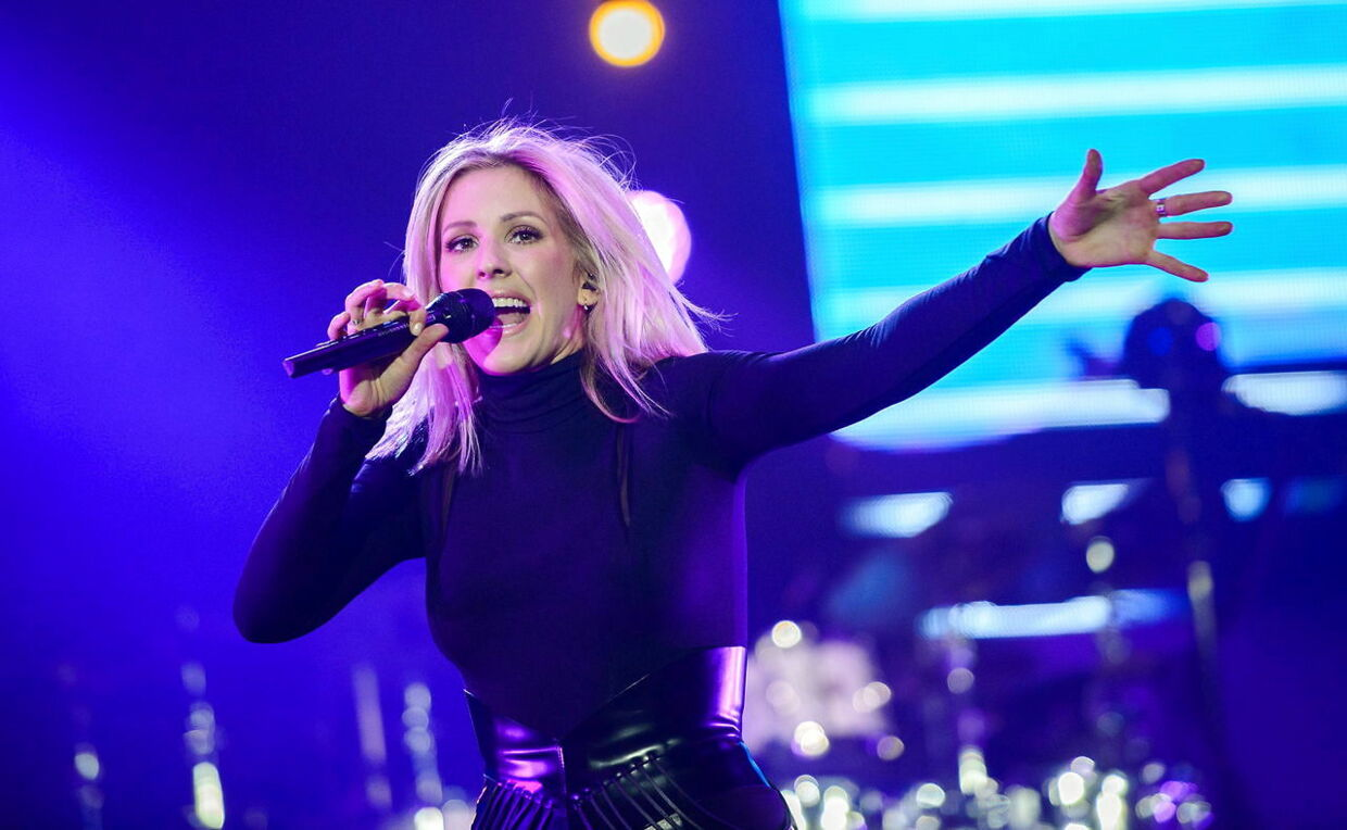 epa05116803 British singer-songwriter Ellie Goulding performs during her concert at the Barclaycard Arena in Hamburg, Germany, 21 January 2016. EPA/LUKAS SCHULZE