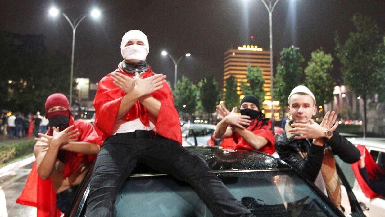 Albanske fans fejrer sejren over Armenien.