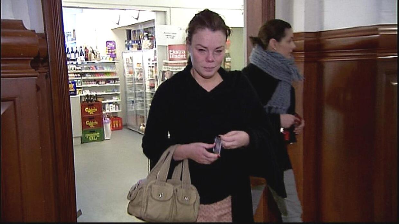 Okman på vej med blomster til den ansatte på Christiansborg efter at have svinet vedkommende til på Facebook.