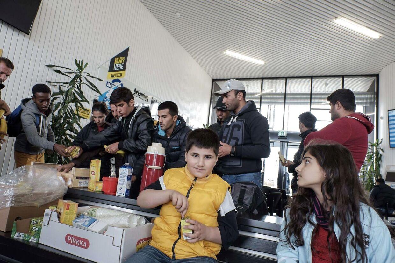 Her får flygtninge forplejninger på busstationen i finske Tornio ved grænseovergangen til Haparanda i Sverige.