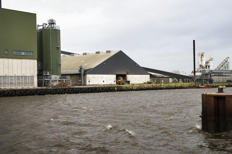Det var her ved energiselskabet Verdo på Randers Havn, at Thomas Mikkelsen Stralner sidst er set i live. Det var natten til 16. januar, hvor et overvågningskamera klokken 04.55 fangede ham, mens han gik på Verdos lukkede areal til højre for den grønne silo på billedet. Foto: Bo Amstrup